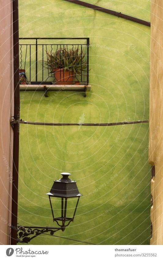 italienische Hausfassade mit Lampe und Balkon in grün Ferien & Urlaub & Reisen Tourismus Städtereise Sommer Topfpflanze Bosa Sardinien Italien Kleinstadt