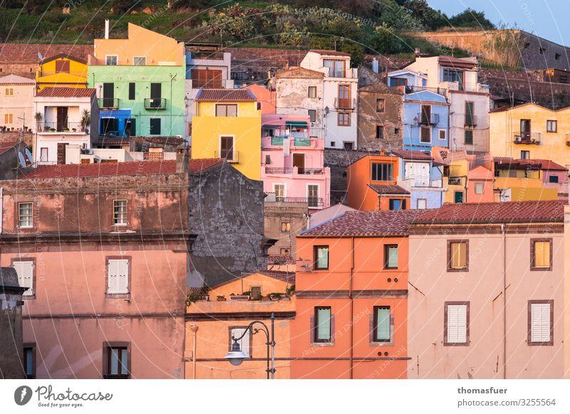 pittoreske Altstadt in Italien Ferien & Urlaub & Reisen Sommer Bosa Sardinien Kleinstadt Stadtzentrum Skyline Haus Design Farbe Nostalgie Schatten Außenaufnahme