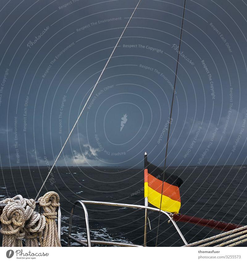 Segelboot bei Gewitter, Sturm Abenteuer Ferne Freiheit Sommerurlaub Meer Wellen Segeln Urelemente Luft Wasser Himmel Wolken Gewitterwolken Horizont Klima