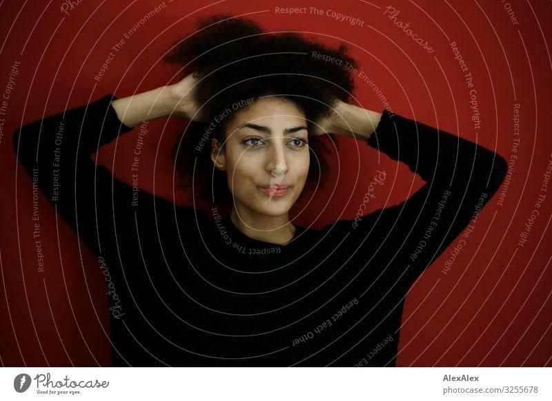 Portrait einer jungen Frau vor einer roten Wand Lifestyle Stil schön Leben Wohnung Raum Junge Frau Jugendliche Gesicht 18-30 Jahre Erwachsene Kleid