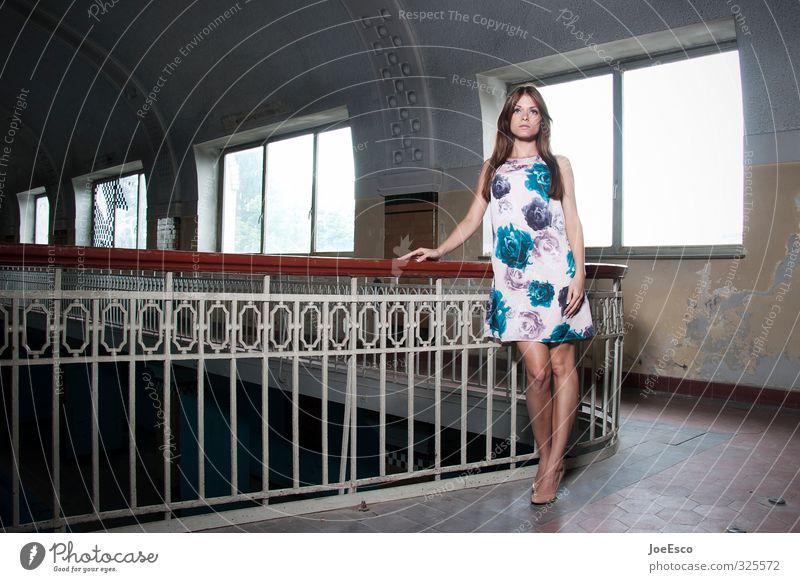 #325572 Stil Raum Studium Frau Erwachsene Leben 1 Mensch Mauer Wand Fenster Mode Kleid brünett Erholung stehen träumen Traurigkeit warten Coolness elegant