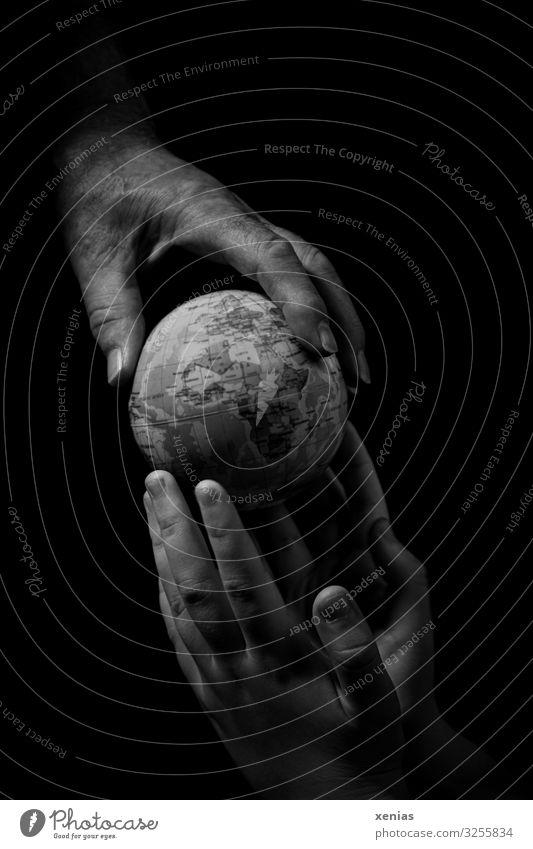 Reife Hand gibt graue Erdkugel an junge Hände Frau Mann Jugendliche Senior Finger 2 Mensch Umwelt Erde Klimawandel Globus alt Zukunftsangst
