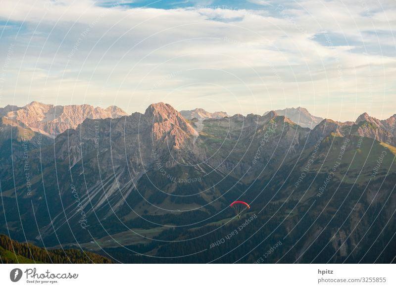 Flug klimaneutral Gleitschirmfliegen Alpen Berge u. Gebirge Fluggerät frei rot Freude Freiheit ruhig Farbfoto Außenaufnahme Abend Sonnenlicht