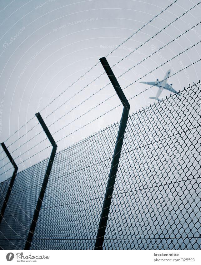 Freiflug blau kalt Freiheit Linie Metall fliegen Verkehr Luftverkehr Flugzeug bedrohlich Zaun Flugzeugstart Flugangst Rad Flughafen fliegend