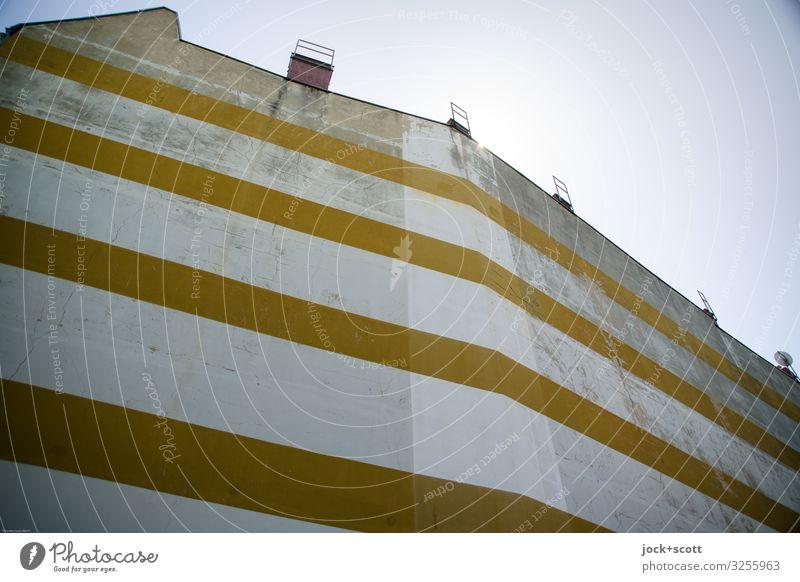 Streifen machen schlank Stil Wolkenloser Himmel Stadthaus Schornstein Brandmauer gestalten groß lang Kreativität Symmetrie verwittert Zahn der Zeit Geometrie