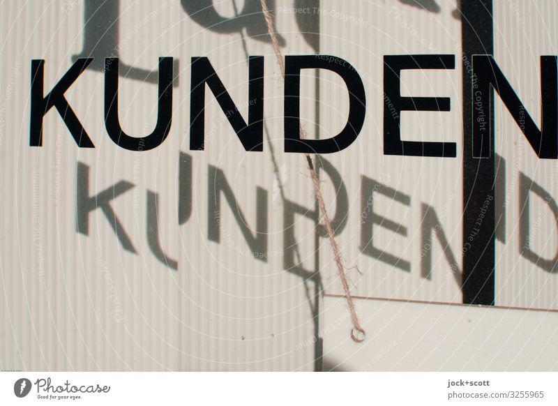 Kunden im Schattenwurf Handel Dienstleistungsgewerbe Kundenbereich Schönes Wetter Berlin Schaufenster Schnur Schilder & Markierungen Glas Wort seriös Wärme