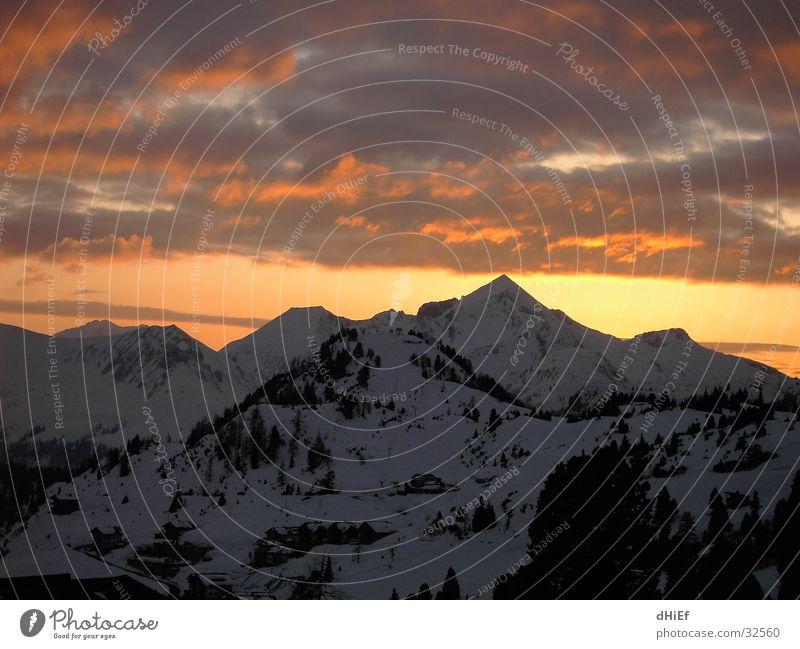 Sonne hinterm Berg Sonnenuntergang Weitwinkel Panorama (Aussicht) Wolken Berge u. Gebirge Schnee groß