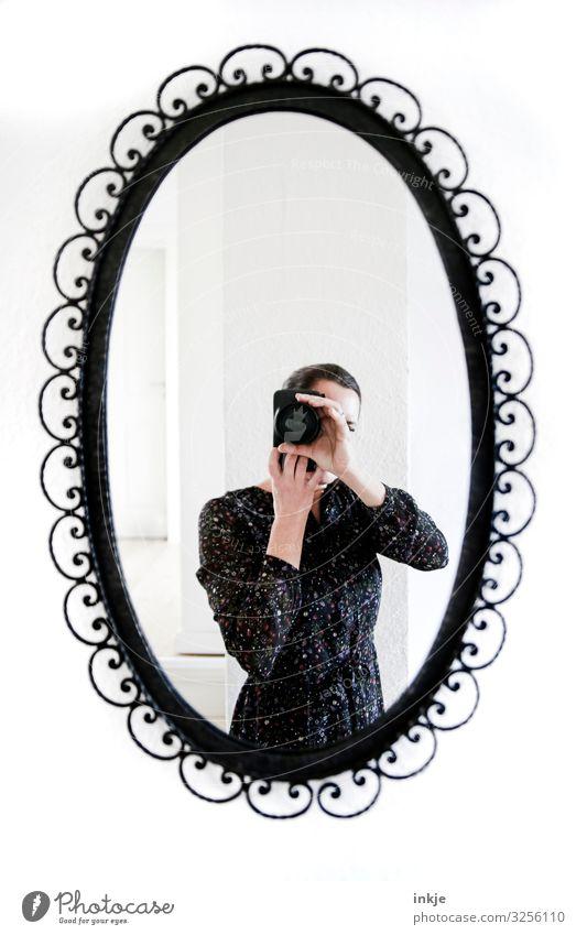 Frau im Spiegel Lifestyle Stil Fotokamera Erwachsene Leben Körper 1 Mensch 18-30 Jahre Jugendliche 30-45 Jahre Kleid Metall Ornament Schnörkel Oval historisch