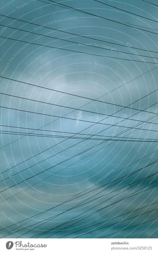 Stromkabel Elektrizität Kabel Leitung Hochspannungsleitung Energie Energiewirtschaft Stromkraftwerke Dämmerung Froschperspektive Himmel Himmel (Jenseits) Wolken