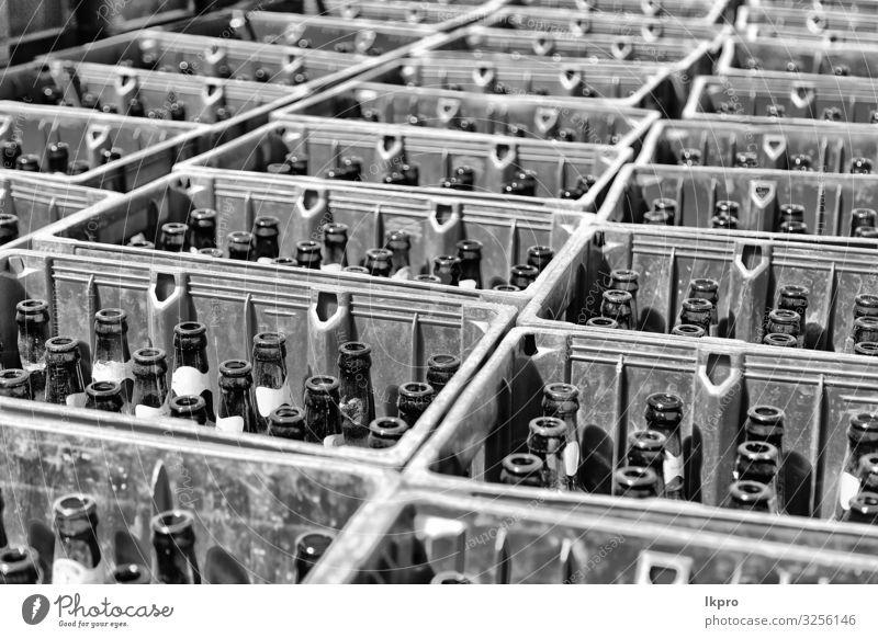 viele leere Flaschen wie das Alkoholismus-Konzept Getränk Bier Menschengruppe Kunststoff alt fallen dreckig dunkel groß braun rot schwarz Alkoholsucht Farbe