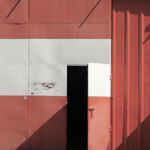Patriotismus Polen Osteuropa Tor Tür Garage Garagentor Metall alt einfach rot schwarz weiß offen Nationalfarben Landesflagge Farbfoto Außenaufnahme