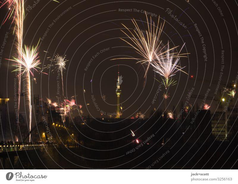!Trash2019! Feuerwerk Freude Nachtleben Silvester u. Neujahr Wolkenloser Himmel Nachthimmel Winter Prenzlauer Berg Berliner Fernsehturm leuchten authentisch