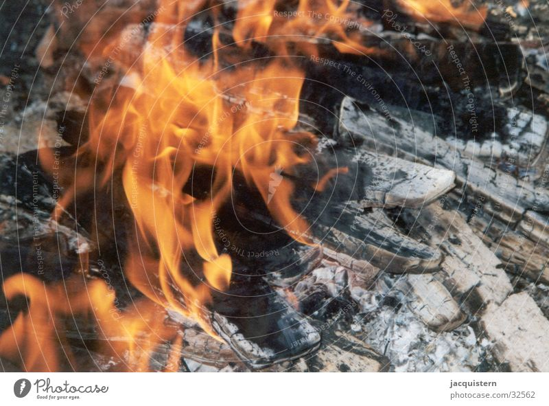 Light the fire! Glut rot brennen Grillen Sommer Holzkohle Brand Feuerstelle Feste & Feiern Ernährung