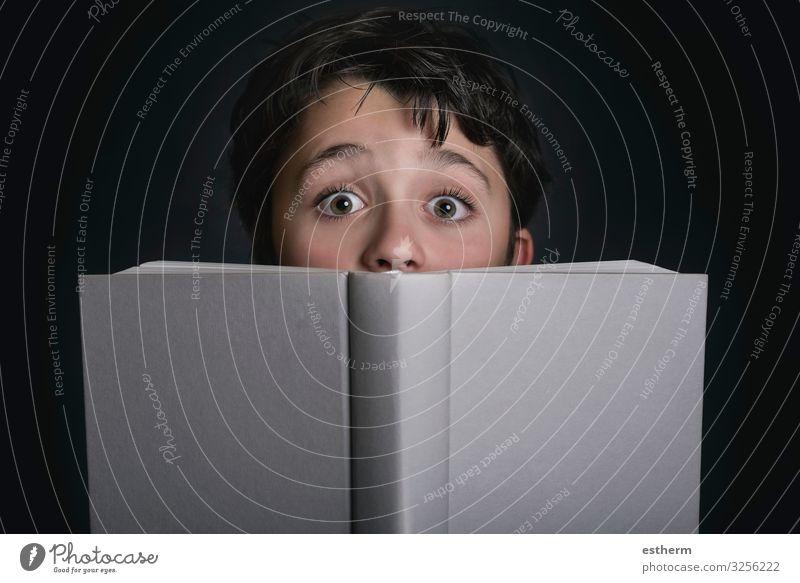 neugieriges Kind mit Buch Lifestyle Spielen lesen Schule Schulkind Mensch maskulin Kindheit 1 8-13 Jahre Papier Denken lernen schreiben Neugier Gefühle