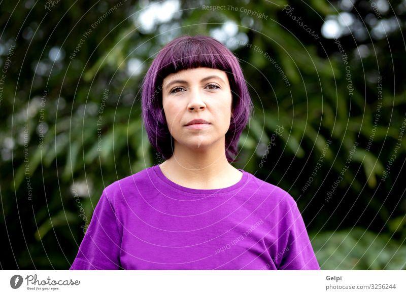 Frau mit lila Haaren und T-Shirt Feste & Feiern Arbeit & Erwerbstätigkeit Mensch Erwachsene Natur Park bezahlen Sex Freundlichkeit Wut Respekt Farbe gleich