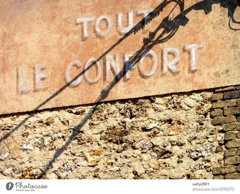 alles was das Herz begehrt, Strom inclusive... Komfort Schrift französisch Frankreich Hotel Gemütlichkeit gemütlich luxuriös Luxus Aufschrift Werbung alt Haus