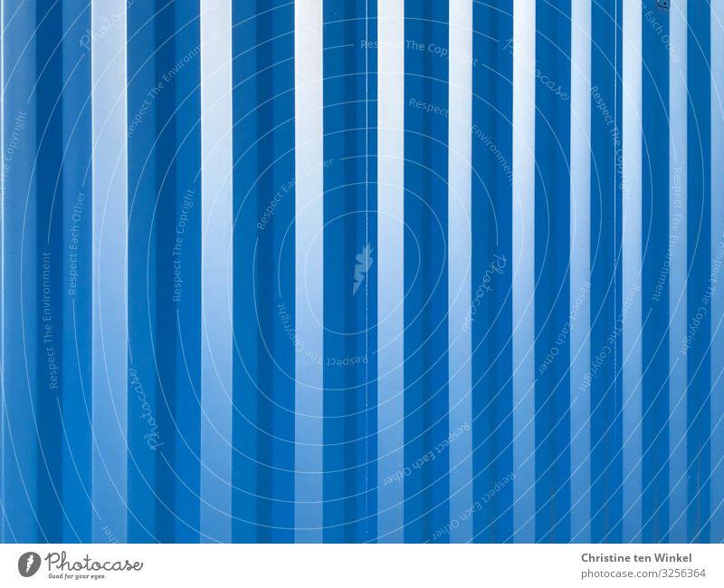 blaue Containerwand Metall Streifen ästhetisch außergewöhnlich Fröhlichkeit frisch glänzend kalt nah schön Design Farbe Idee einzigartig Kreativität Ordnung