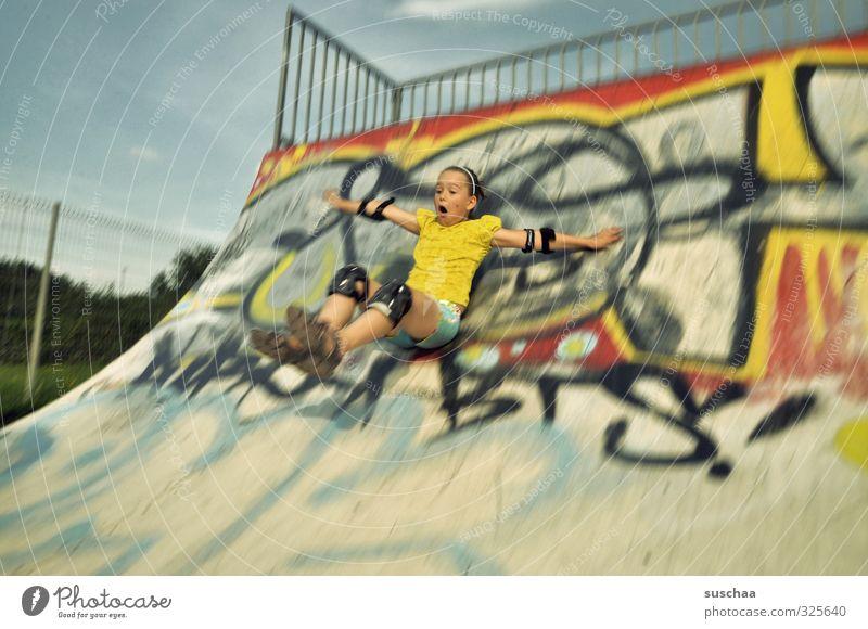spocht Sport Sportstätten Halfpipe skatpark feminin Mädchen Kindheit Körper Arme Beine 1 Mensch 8-13 Jahre Jugendkultur sitzen sportlich wild Skateplatz