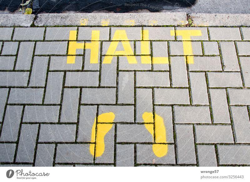 Bleib doch mal stehen Stadt Stein Schriftzeichen Schilder & Markierungen warten Hinweisschild Zeichen Bürgersteig stoppen Verkehrswege Personenverkehr
