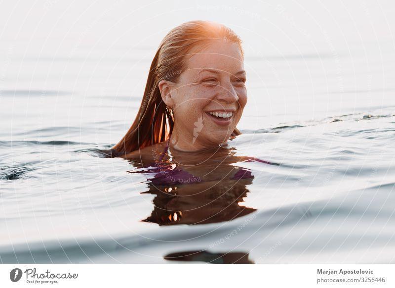 Junge glückliche Frau schwimmt im Meer Lifestyle Freude Ferien & Urlaub & Reisen Tourismus Freiheit Sommer Sommerurlaub Mensch feminin Junge Frau Jugendliche