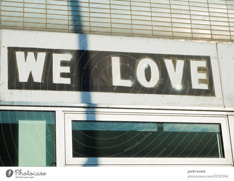 WE LOVE Stil Handel Stadtzentrum Ladengeschäft Fassade Englisch Großbuchstabe Typographie Liebe eckig Zusammensein trendy trist Optimismus Gastfreundschaft
