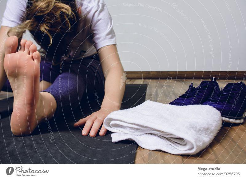 Junge Frau, die zu Hause Yoga praktiziert. Lifestyle schön Körper Wellness Erholung Meditation Freizeit & Hobby Club Disco Sport Mensch Erwachsene Fitness
