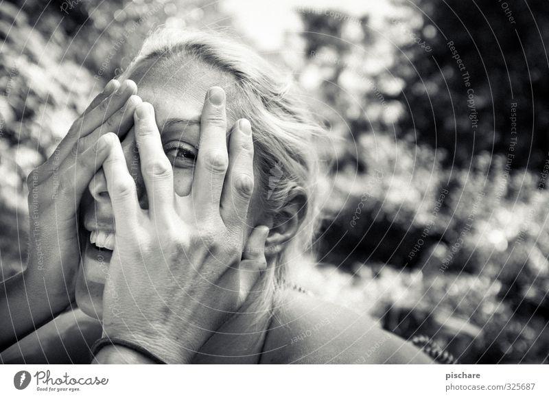 500 Kisses feminin Junge Frau Jugendliche 1 Mensch blond beobachten Lächeln authentisch Fröhlichkeit Freude Glück Zufriedenheit Lebensfreude Schwarzweißfoto