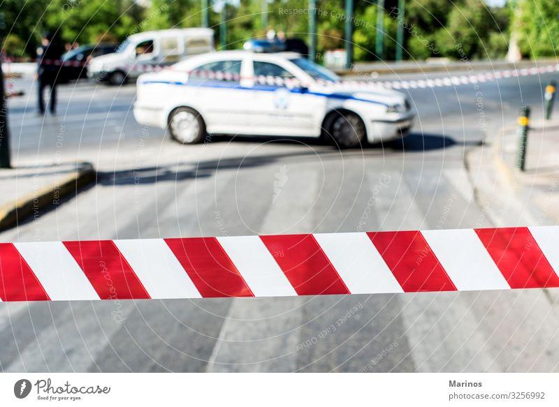 Polizei sperrt den Straßenverkehr Verkehr Verkehrszeichen Verkehrsschild PKW Zeichen Linie Schnur rot weiß Sicherheit Geborgenheit Vorsicht Desaster