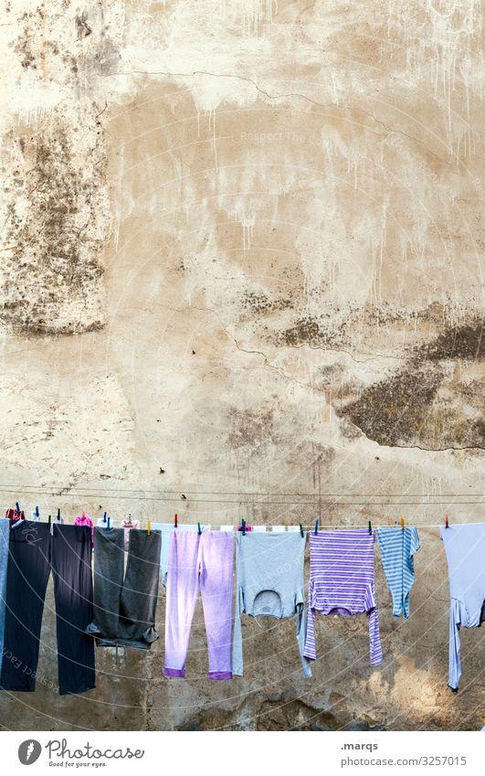 Wäsche Häusliches Leben Bekleidung Wäscheleine Fassade Morgen Altbau hängen Waschtag aufhängen Ordnung Sauberkeit Reinigen gewaschen Wäsche waschen trocknen
