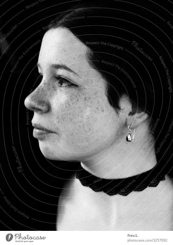 Mädchenprofil Mensch feminin Jugendliche Gesicht 13-18 Jahre Schmuck Ohrringe brünett rothaarig langhaarig Locken Lächeln schön einzigartig Gothic