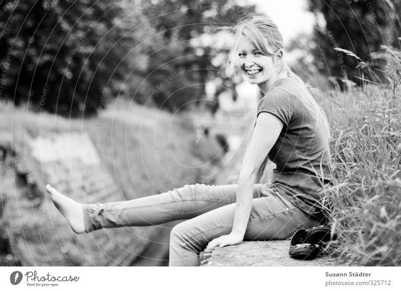 happy summertimes feminin Junge Frau Jugendliche Körper 1 Mensch ästhetisch positiv dünn Freundlichkeit Lebensfreude glücklicherweise direkt Barfuß sommerlich