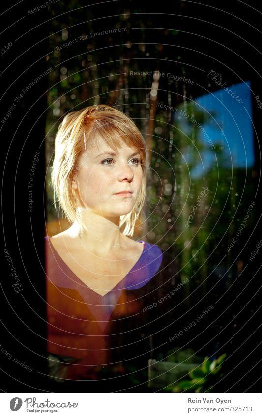 Glasporträt Mensch feminin Junge Frau Jugendliche Erwachsene 1 18-30 Jahre Fröhlichkeit Zufriedenheit Fenster Blick Reflexion & Spiegelung hinten Farbfoto
