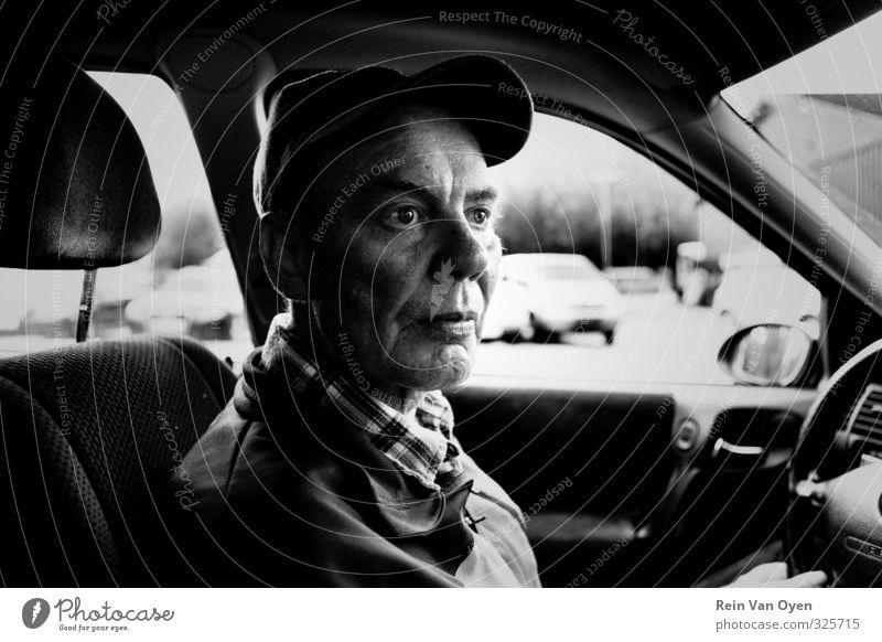 Traumhaftes Porträt Mensch maskulin Senior Leben 1 45-60 Jahre Erwachsene 60 und älter träumen Traurigkeit PKW kutschieren Mütze fahren Schwarzweißfoto
