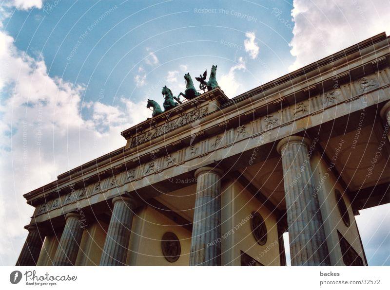 großes Tor_1 Berlin Architektur Pferd offen