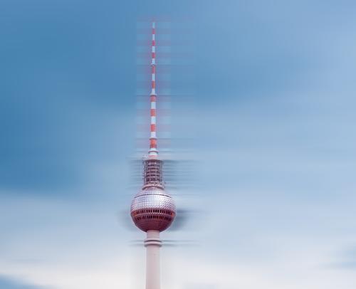 Berliner Fernsehturm Himmel alt Wolken Architektur Bewegung Business Tourismus Häusliches Leben Ausflug Design Metall Kommunizieren elegant Glas Kraft Erfolg