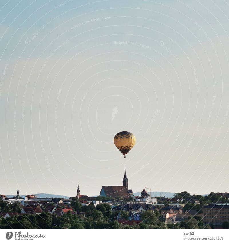 Volles Risiko Himmel Wolken Schönes Wetter Bautzen Deutschland Kleinstadt Skyline bevölkert Haus Kirche Dom Gebäude Kirchturm Kirchturmspitze Ballone dick frei