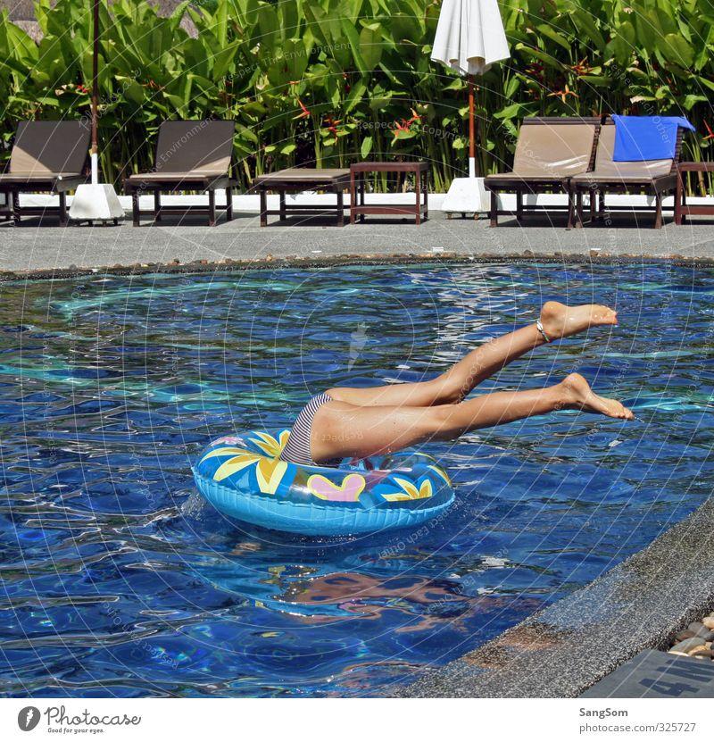POFO Mensch Ferien & Urlaub & Reisen blau Wasser Sommer Pflanze Mädchen Freude feminin Spielen grau Schwimmen & Baden Beine springen braun Kindheit