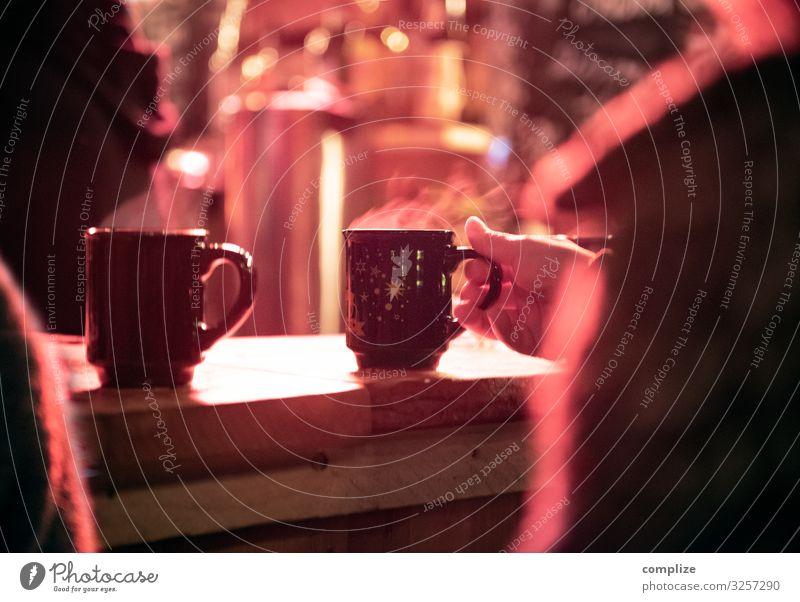 Heißer Glühwein auf dem Weihnachtsmarkt Lebensmittel Getränk Heißgetränk Alkohol Feste & Feiern Weihnachten & Advent Idylle heiß Wasserdampf Theke Bar Winter