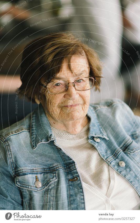 Oma Behandlung Seniorenpflege Wohnung Mensch Frau Erwachsene Weiblicher Senior Großmutter Leben 1 60 und älter Jeansjacke Brille Seniorenheim Farbfoto
