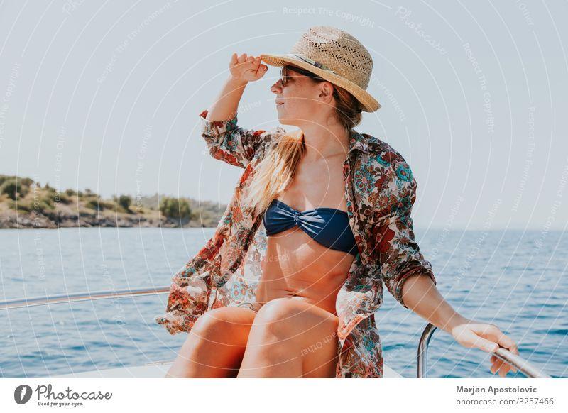 Frau Mensch Ferien & Urlaub & Reisen Jugendliche Junge Frau Sommer Wasser Meer Freude Lifestyle Erwachsene feminin Tourismus Freiheit Wasserfahrzeug Verkehr