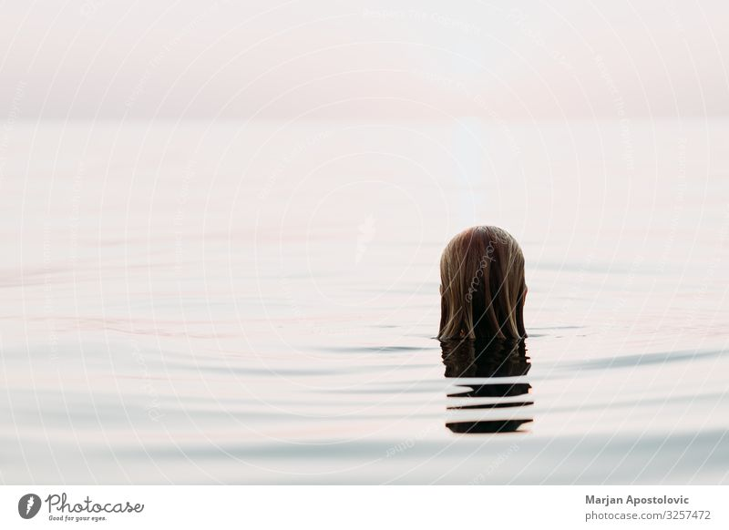 Den Sonnenuntergang im Wasser genießen Freude harmonisch Wohlgefühl Erholung ruhig Schwimmen & Baden Ferien & Urlaub & Reisen Tourismus Freiheit Sommer Meer