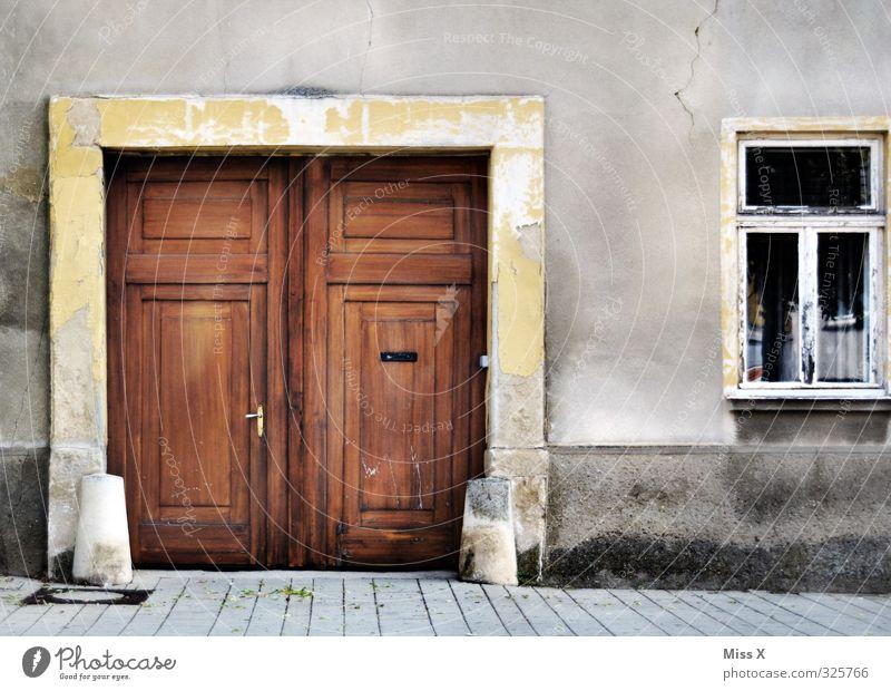 Tür IV Häusliches Leben Wohnung Haus Renovieren Altstadt Menschenleer Mauer Wand Fenster alt historisch Verfall Vergänglichkeit Tor Holztür Holztor verfallen