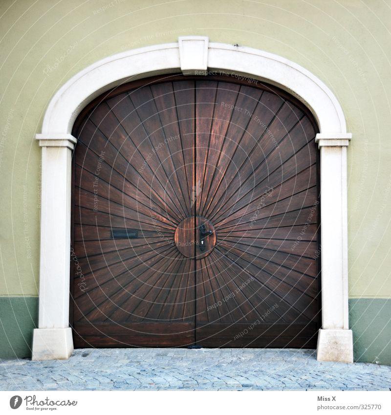 Tür I alt Haus Wand Mauer Wohnung groß Häusliches Leben geschlossen Kirche Tor Griff Altstadt Garagentor