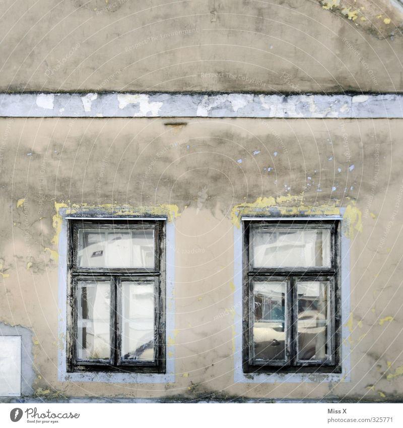 Fenster III alt Haus Wand Senior Mauer Wohnung Häusliches Leben Vergänglichkeit Verfall Unbewohnt Ruine Renovieren Stadtrand Endzeitstimmung