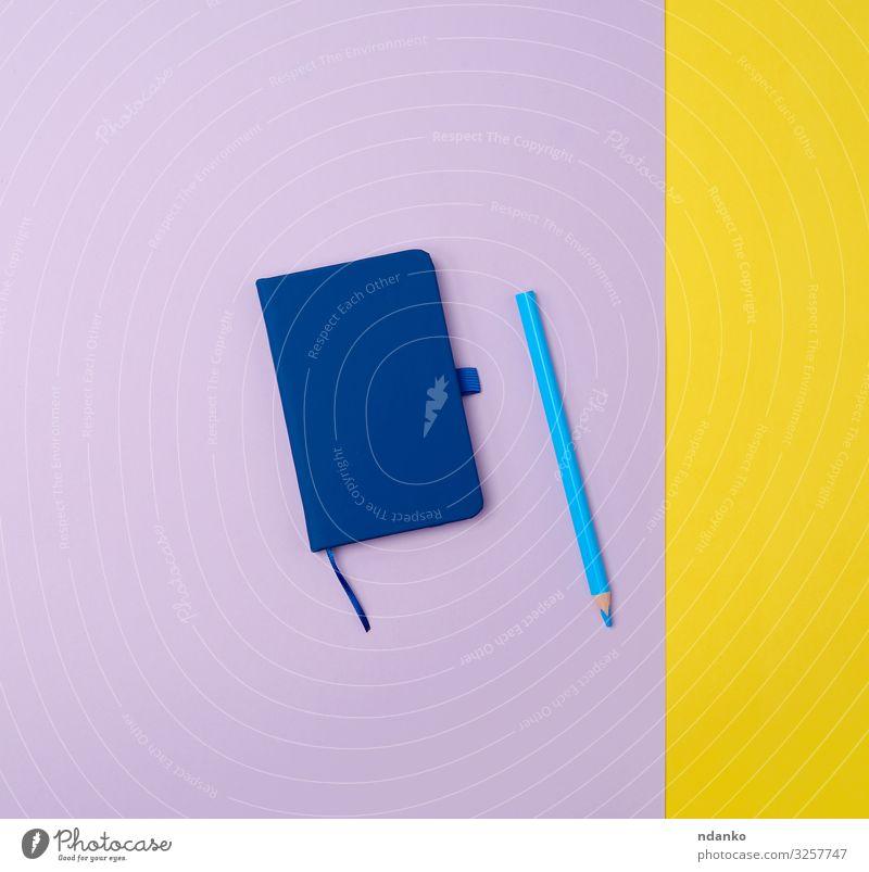 geschlossenes Notizbuch und blauer Holzstift Business Schreibstift schreiben oben gelb Farbe Idee Hintergrund blanko zugeklappt Entwurf Tagebuch Schriftstück