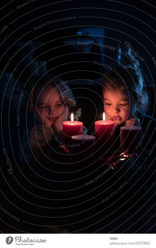 Adventkerzen Weihnachten & Advent Kind Mädchen 2 Mensch 3-8 Jahre Kindheit glänzend Zufriedenheit ruhig Adventskranz weihnacht Kerze Schwarzweißfoto