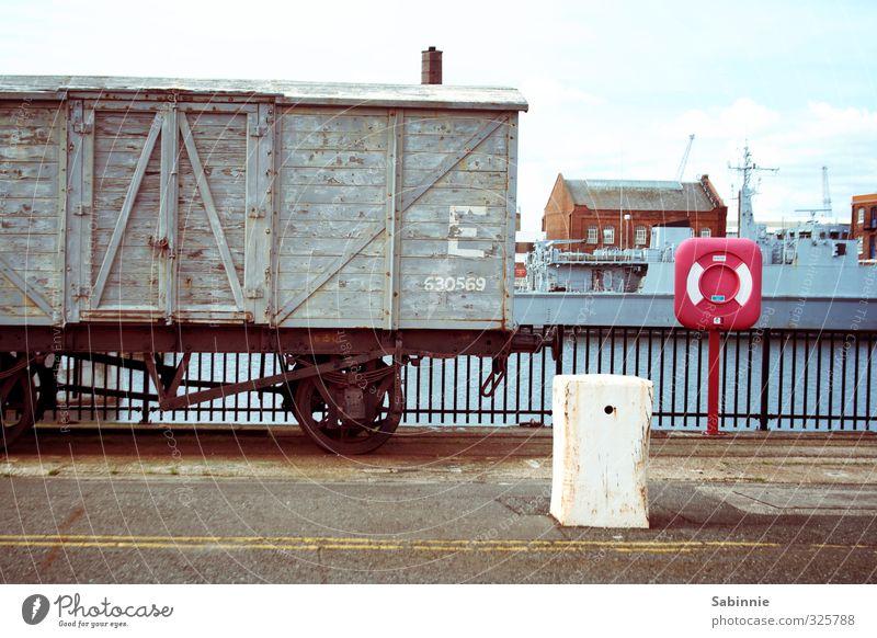 Portsmouth alt Stadt grau Verkehr Industrie Güterverkehr & Logistik Gleise England Hafenstadt Rettungsring Schienenverkehr Eisenbahnwaggon Güterzug geparkt