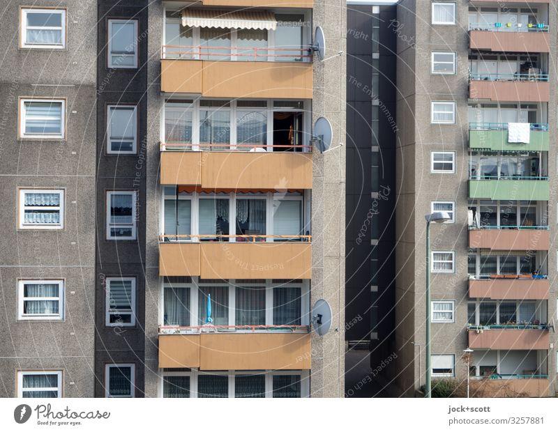 Alles nur Fassade Plattenbau Stadthaus Sozialer Brennpunkt Balkon Fenster Satellitenantenne authentisch eckig trist Verschwiegenheit modern Schutz Symmetrie