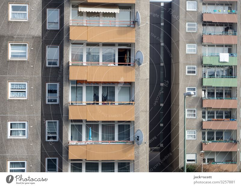 Alles nur Fassade Schönes Wetter Berlin-Mitte Stadtzentrum Plattenbau Stadthaus Gebäude Sozialer Brennpunkt Balkon Fenster Satellitenantenne authentisch eckig