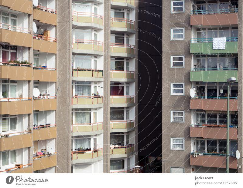 Wohnen in Mauern Berlin-Mitte Stadthaus Gebäude Plattenbau Fassade Balkon Fenster authentisch eckig fest groß hässlich hoch modern trist grau Stimmung Schutz